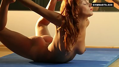 Mature redhead does amazing spreads