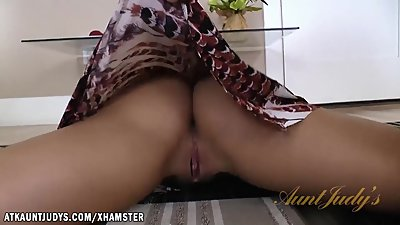 Sheena rubs her horny mature pussy