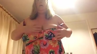BBW wife strips off her swimsuit